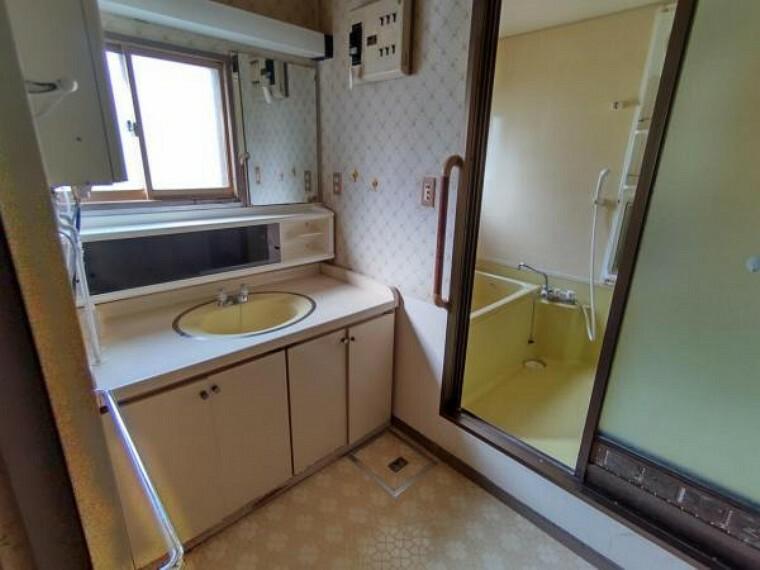 洗面化粧台 【洗面脱衣場】洗面脱衣場の床は水に強いクッションフロアを貼替え致します。洗濯機置き場の確保、洗面化粧台の場所もしっかりと確保致します。窓もあり暗くない洗面脱衣場です。