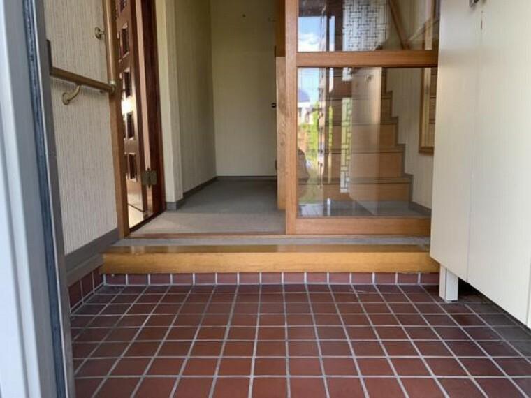 玄関 【玄関】玄関ドアは交換を致します。また、玄関横には録画機能付きカラーテレビドアホンを新設致しますので、留守中の来客もご帰宅後に確認することが出来ます。