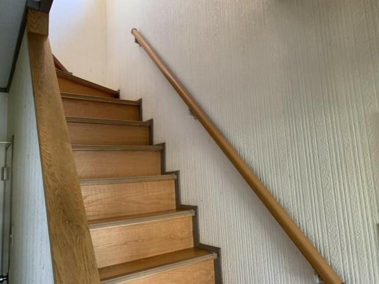 【ホール・階段】玄関ホールはリフォームでフロアタイルの上張り、クロスの貼替え、照明器具の交換を行います。玄関ホール奥に階段下収納が御座います。
