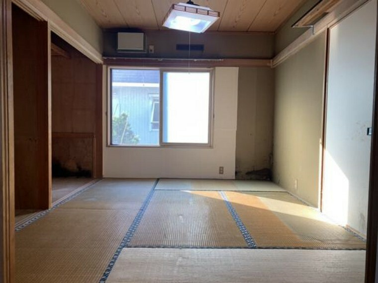 【1階和室】リビング横1階和室です。リフォームでは畳の表替え、クロスの貼替え、照明器具の交換を行います。表替えをすることでイグサの香りに癒されます。