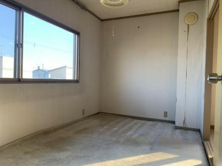 【2階洋室】2階洋室です。リフォームではフロアタイルの上張り、クロスの貼替え、照明器具の交換を行います。南側に窓があるので陽当たりも良いです。お子様のお部屋にいかがですか。
