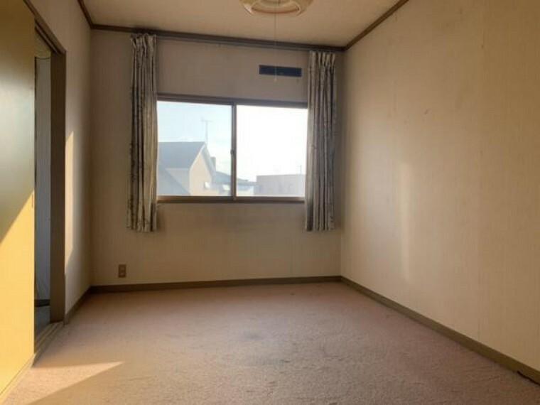 【2階洋室】2階洋室です。リフォームではこちらも同様にフロアタイルの上張り、クロスの貼替え、照明器具の交換を行います。