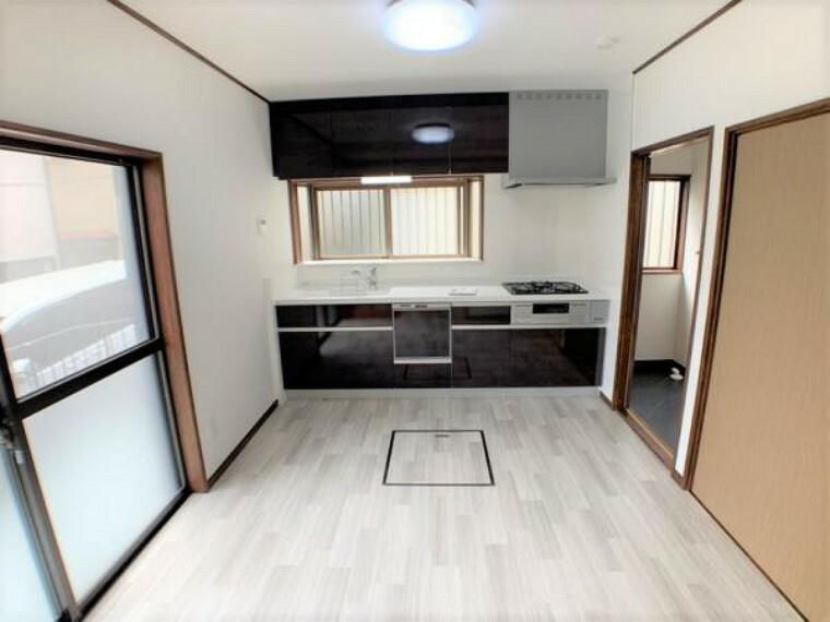 キッチン 【DK】新品のキッチンを導入しました。床や壁はハウスクリーニングを実施しました。新品のキッチン設置されておりますので気持ちがいいですね。