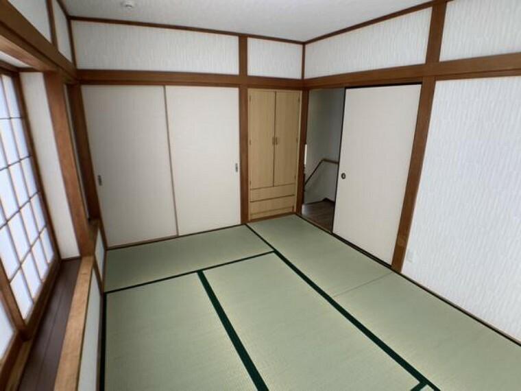 和室 【和室】2階和室は畳の表替えや照明の交換を実施しました。表替えされた畳はイグサのいい香りがしますよ。