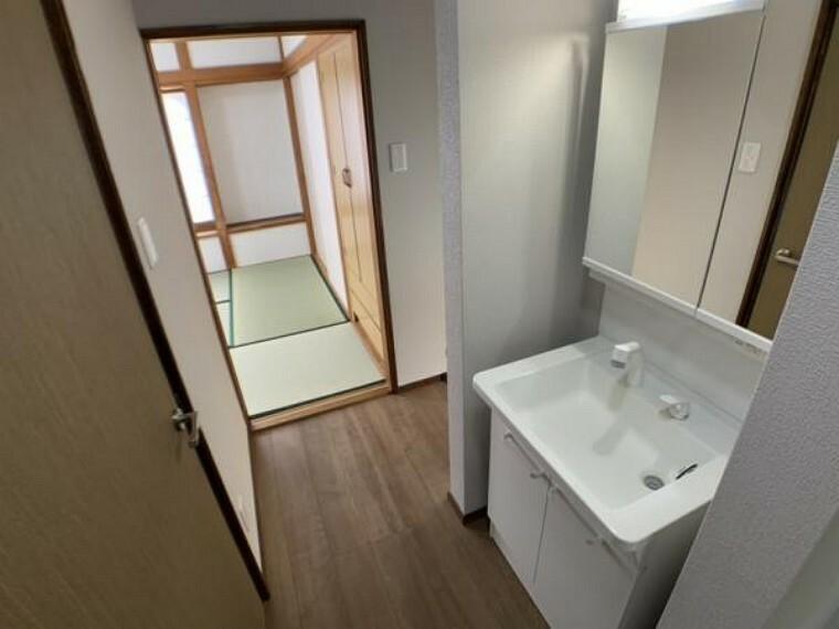 洗面化粧台 【2階洗面】2階廊下にも洗面化粧台がございます。動作確認後クリーニング致しました。また、廊下にはフロアタイルを新設しました。2階にも洗面化粧台があるのは嬉しいですね。