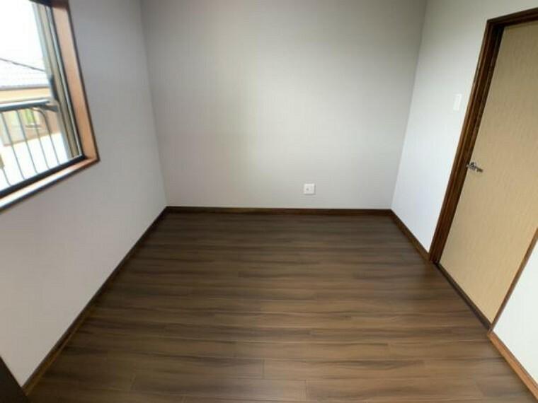 洋室 【洋室】2階洋室になります。クリーニングを実施し、照明の新設を行いました。建具はクロス張りを行いました。全室にエアコン用コンセントございますのでエアコンの設置が可能です。