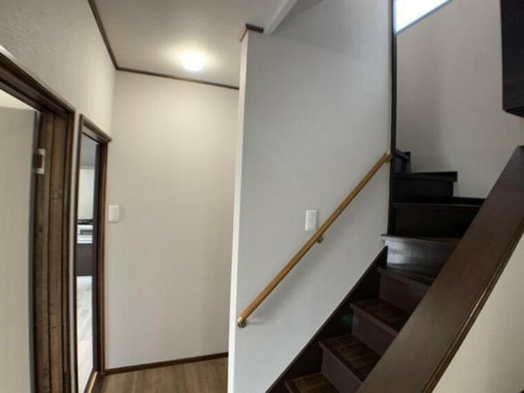玄関 【廊下】廊下の景観になります。クロスの張り替え、階段補修、塗装等実施しております。階段は塗装やフロア張をしております。リフォームによって綺麗に仕上がっております。