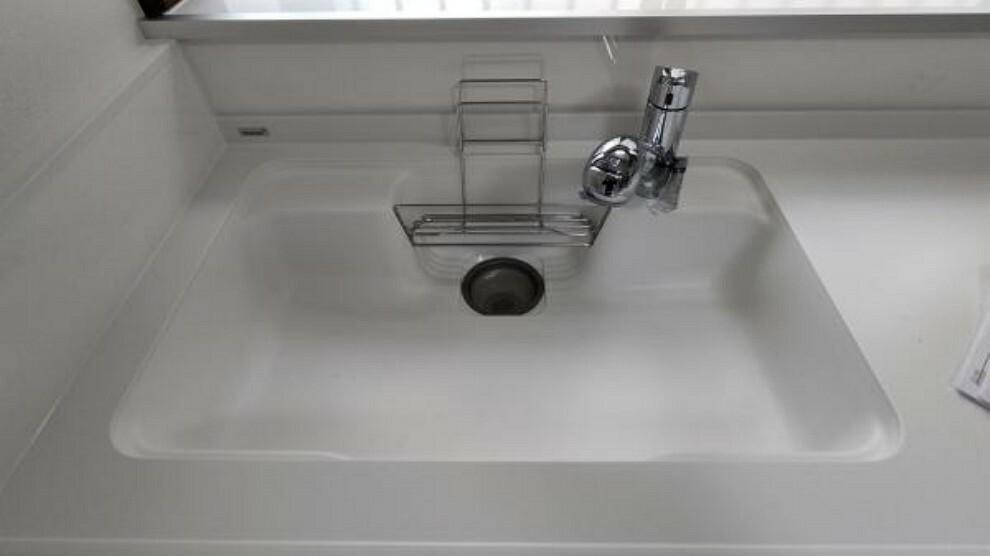 キッチン 【キッチン】浄水機能付き水栓を導入し、人工大理石調の天板になっております。お洒落かつ機能性に溢れ、汚れにくいので気持ちよくお料理できそうですね。