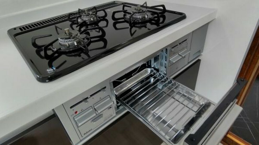 キッチン 【キッチン】3口コンロのグリル付きになっております。お料理がはかどりますね。
