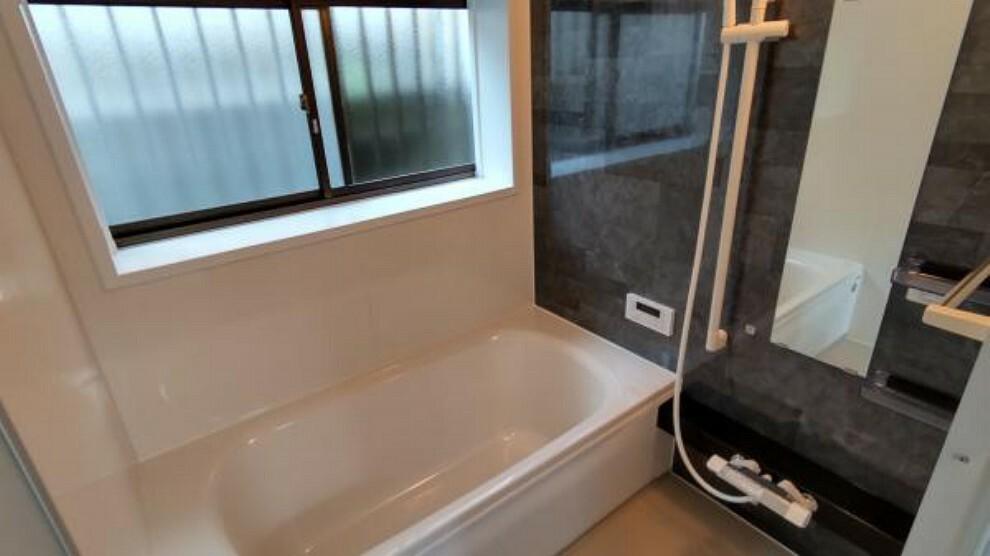 浴室 【ユニットバス】1坪サイズの浴槽になっております。ミリグレーブロック柄のアクセントパネルがかっこいいですね。