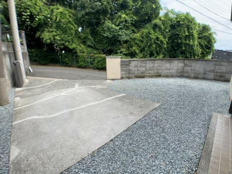 庭 【敷地】駐車スペースになります。本物件は普通車2台の駐車が可能です。砕石敷、植栽の伐採を行いました。