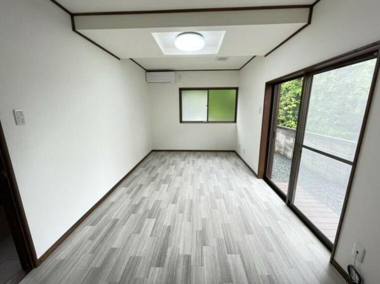 洋室 【1階洋室】1階洋室からの景観になります。廊下からの進入路の建具を交換し照明の交換を実施、ハウスクリーニングを行いました。入口の建具もおうちの雰囲気に合わせて交換しております。全体的にかっこいい仕上がりになっております。