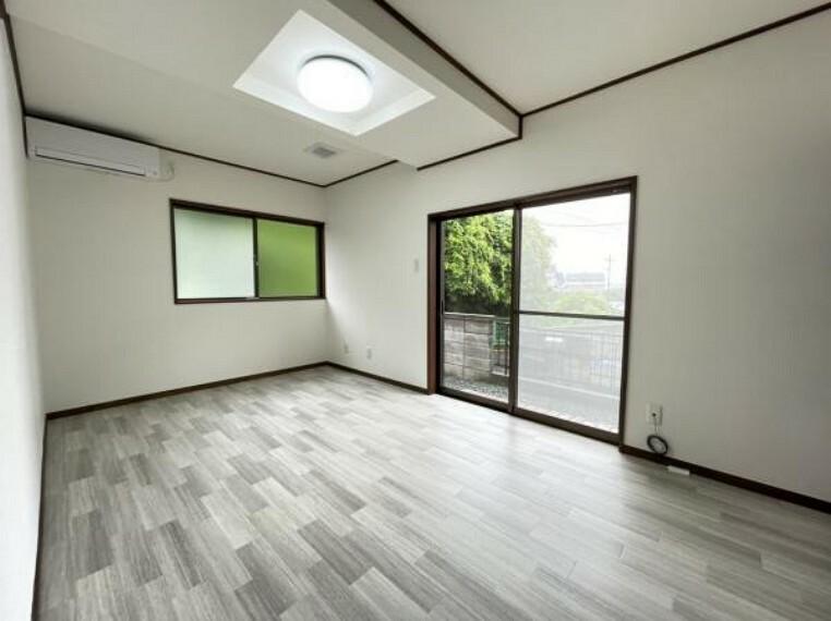 洋室 【1階洋室】1階洋室になります。1階はリビング、洋室とも白を基調とした明るい空間となります。ハウスクリーニングや照明の新設でさらに明るくなりました。