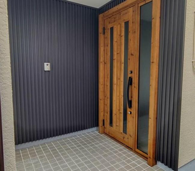 玄関 【玄関ドア】玄関リクシル製の新品ドアに交換済です。木目が美しい玄関ドアです。