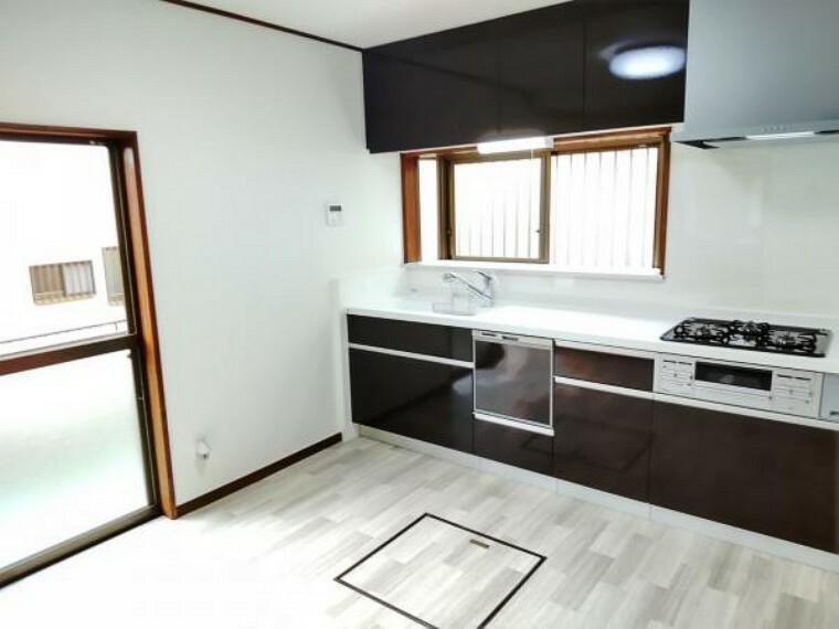 キッチン 【キッチン】キッチンは食洗機付きの新品に交換しております。浄水機能付き水栓、レンジフードはオシャレな薄型タイプです。