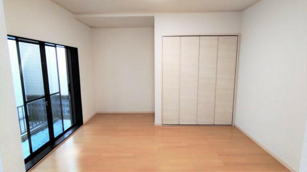 【リフォーム後】こちらは1階の元和室の写真です。和室とリビングの間にある壁を撤去し、17帖のリビングとなります。