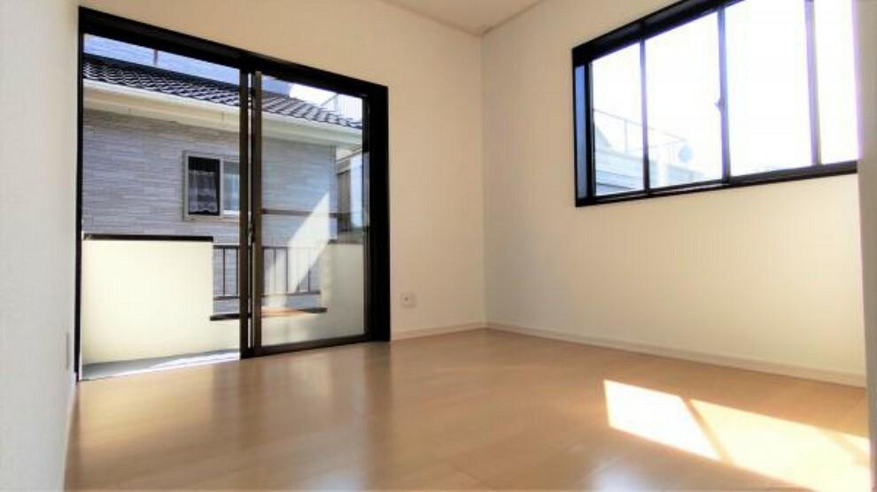【リフォーム後】2階洋室です。フロア新設し照明の交換等実施しました。