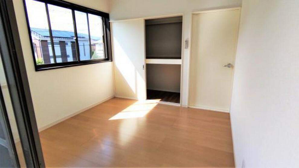 【リフォーム後】2階洋室になります。クロスの張り替え、照明の交換等を実施しました。