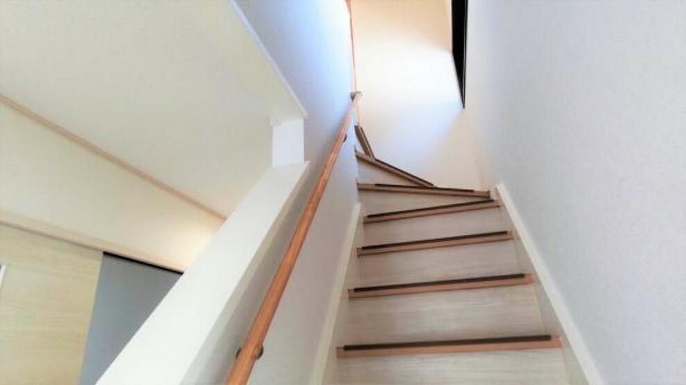 現況写真 【リフォーム後】階段はクロスの張り替え、手すりの交換を実施しました。