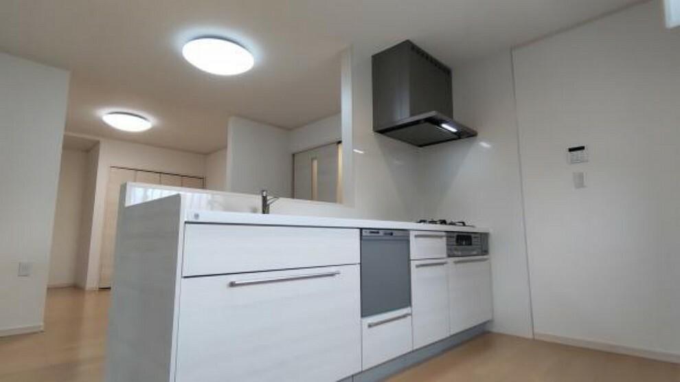 キッチン 【リフォーム後】キッチンは壁付けから、カウンターキッチンに変更しました。
