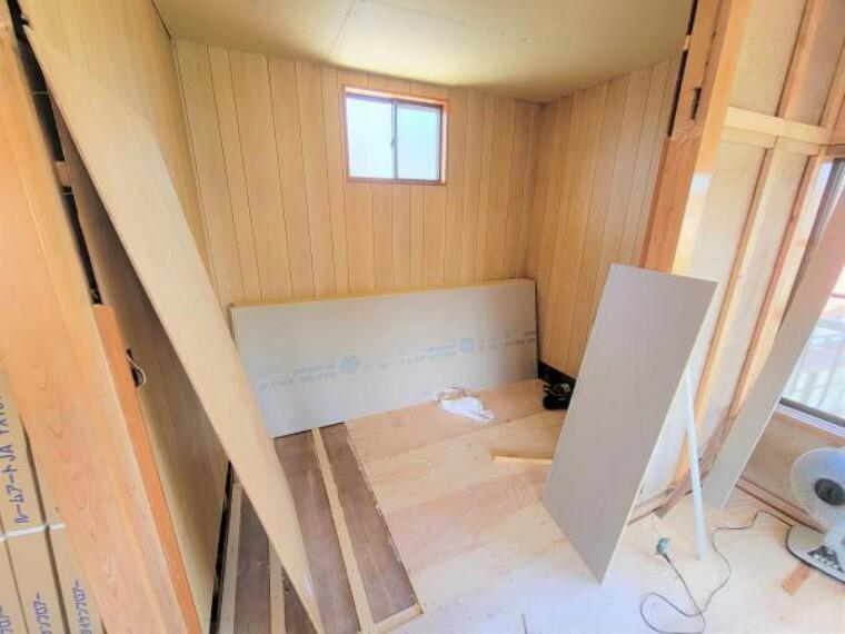 【リフォーム中】2階の洋室から続く3帖の納戸です。大きなタンスや洋服など収納力に優れていて便利です。