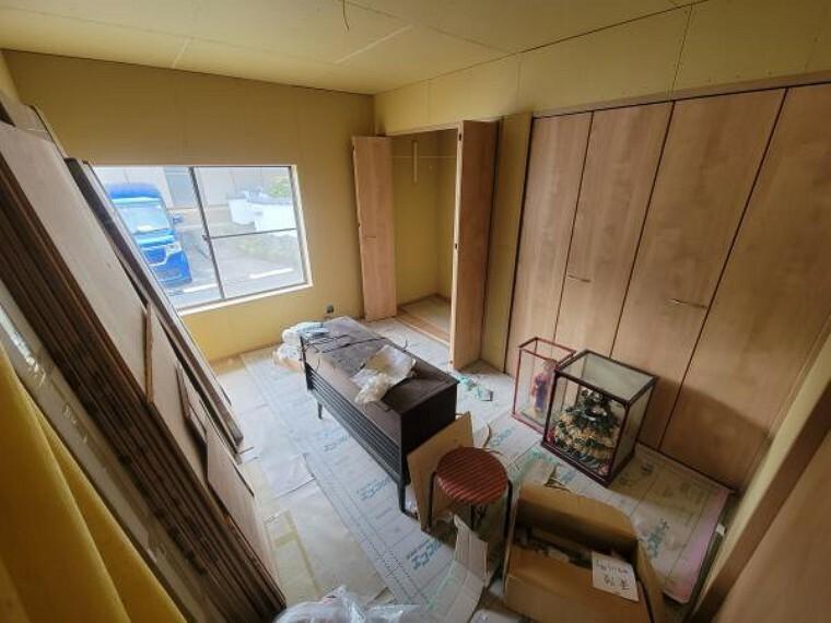 洋室 【リフォーム中】1階の続き間だった和室は、独立した洋室に間取り変更致します。南側から暖かい光の入るお部屋です。居室や趣味の部屋としてもお使いいただけそうですね。