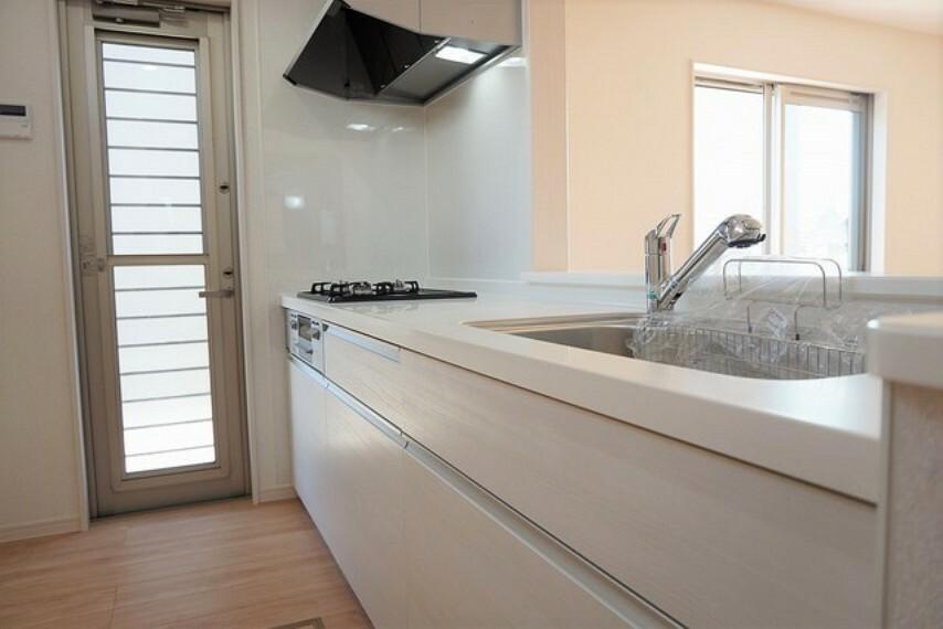 キッチン 同仕様写真。対面式カウンターキッチンでお子様の様子が見守れます。カウンタートップは耐熱性に優れており、日ごろのお掃除もふき取るだけでOK。ステンレスシンクも簡単にお掃除できますよ。
