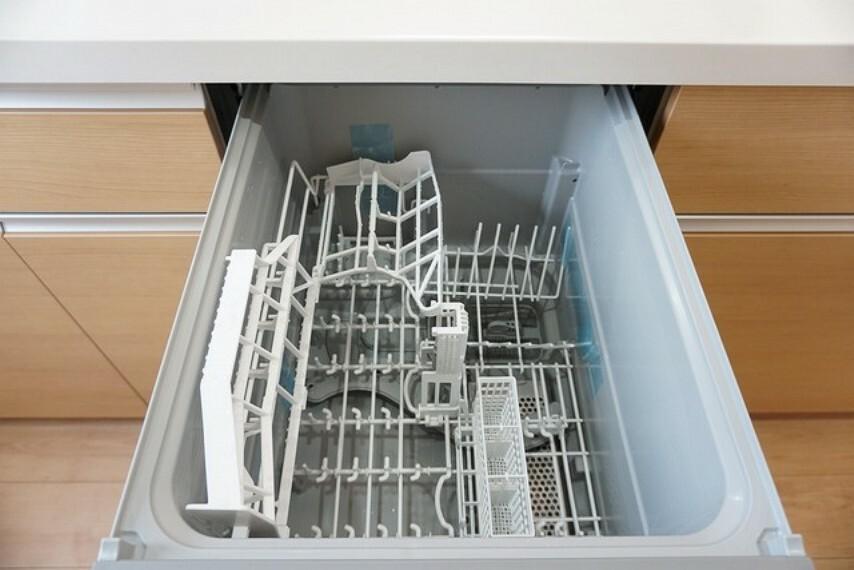 キッチン 同仕様写真。家事の時間が短縮できる食器洗い乾燥機付。億劫な後片付けもラクラクです。