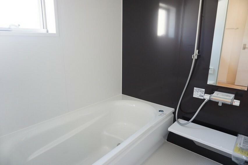 浴室 同仕様写真。1日の疲れを癒すくつろぎのバスルーム。足を伸ばしてもゆったりと入れるサイズです。お子様と一緒にお風呂に入っても狭くないですね(^^窓付き・浴室乾燥機で換気・雨の日の洗濯もばっちり^^