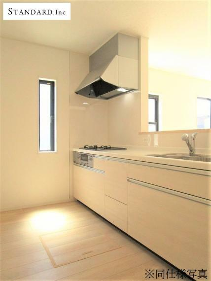 同仕様写真(内観) 【同仕様写真】システムキッチン・浄水器一体型ハンドシャワー水栓・床下収納