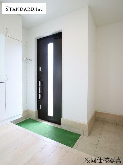 玄関 【同仕様写真】玄関収納・人感センサー付玄関灯・電子キー