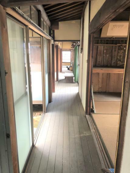 明るい光の入る廊下!