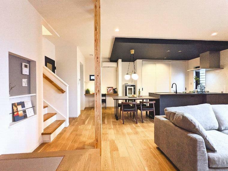 居間・リビング 施工例■木の表情が美しい建材を外壁や内装にふんだんに取り入れ、心地よく上質であきのこない空間に仕上げました。