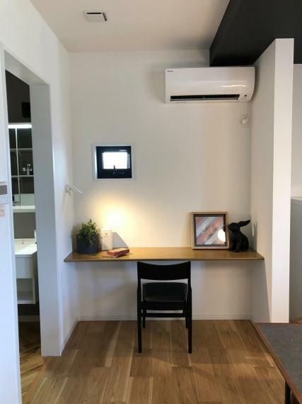 居間・リビング 施工例■大きくとったカウンターは書斎やドレッサーとして使ったりテレビを置いたりと多様な使い方ができます。