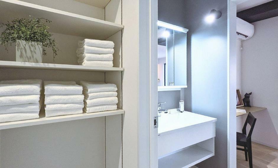 洗面化粧台 施工例■洗面室には、居室まで着替えを取りに行かなくても済む様に収納棚を用意しました。タオル類はもちろん家族分の下着も収納でき、家事の負担も軽減されます。