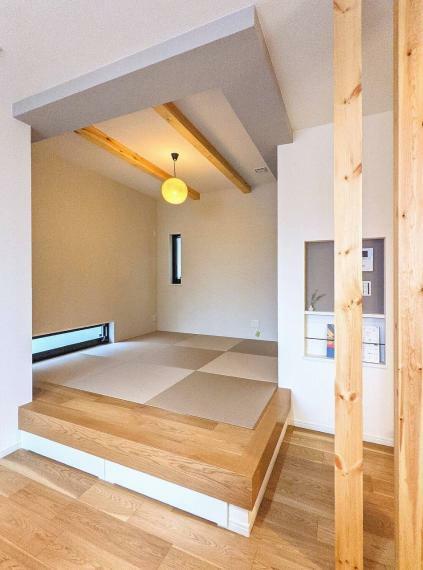 和室 施工例■木の表情が美しい建材を、床材、外壁、室内の壁や天井、柱に贅沢に使用しました。自然素材のもつ、ぬくもりやリラックス感を存分に味わうことができます。