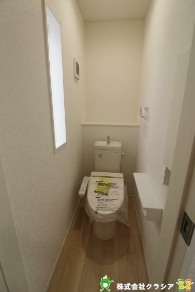 トイレ 一戸建て-鶴ヶ島市大字鶴ヶ丘  1階トイレです。壁には収納スペースがあり、トイレットペーパーや芳香剤などを置くのに便利ですね(2021年8月撮影)1階トイレです。壁には収納スペースがあり、トイレットペーパーや芳香剤などを置くのに便利ですね(2021年8月撮影)