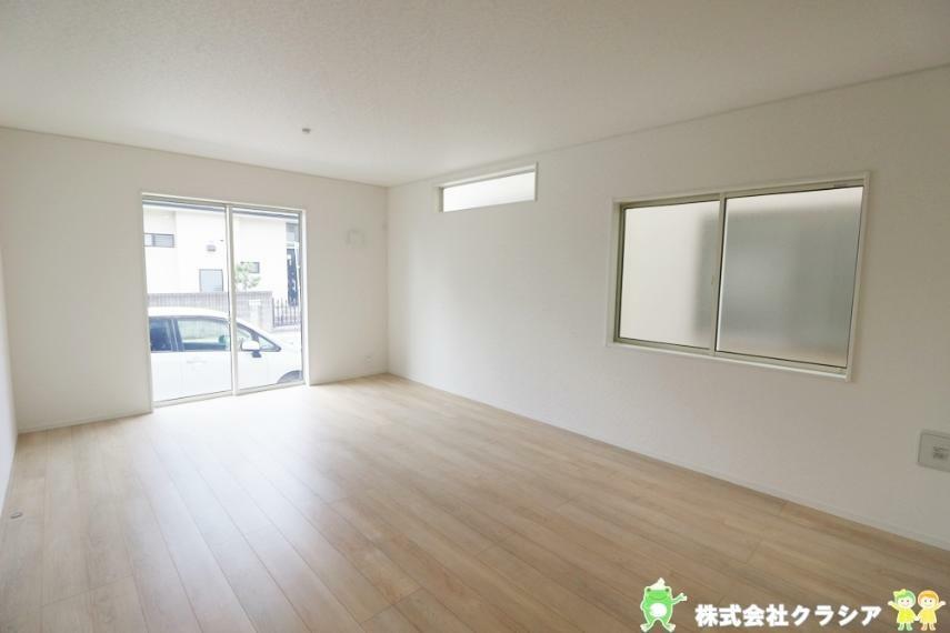 居間・リビング LDK17帖。1つの空間でそれぞれが好きなことをしながら、会話が楽しむことができますね(2021年8月撮影)