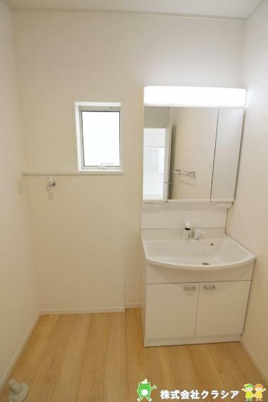洗面化粧台 鏡の後ろは収納スペースになっています。散乱しやすい小物もすっきりさせることができるのは嬉しいですね(2021年8月撮影)
