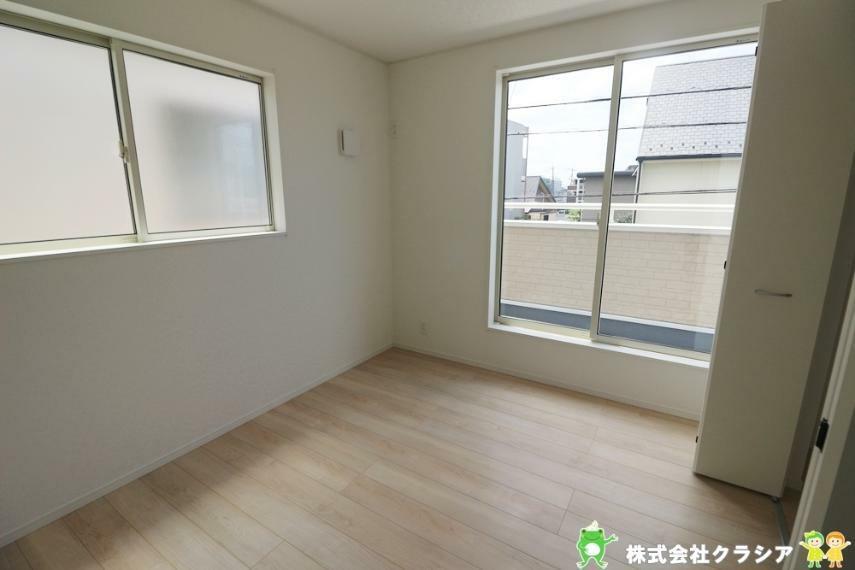 洋室 5.7帖の洋室です。太陽の光あふれる空間でゆったりとした時間が過ごせそうですね(2021年8月撮影)