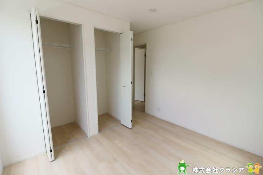 洋室 5.7帖の洋室です。居室にはクローゼットを完備。片手でスムーズに開け閉めできるのは嬉しいポイントですね(2021年8月撮影)