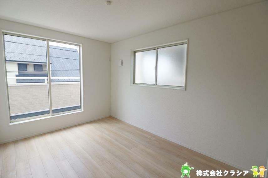 寝室 6.7帖の洋室です。飾りすぎない室内は、快適に過ごせる空間を自分自身で創り出すことできますね(2021年8月撮影)