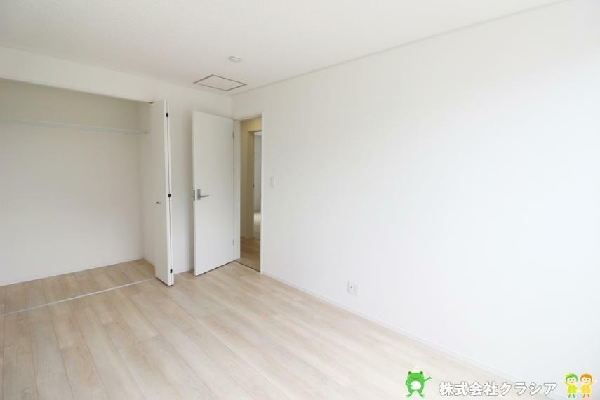 寝室 6.7帖の洋室です。プライベートなお部屋でゆっくりと過ごしたいですね。陽光がお部屋をリラックスできる空間にしてくれます(2021年8月撮影)