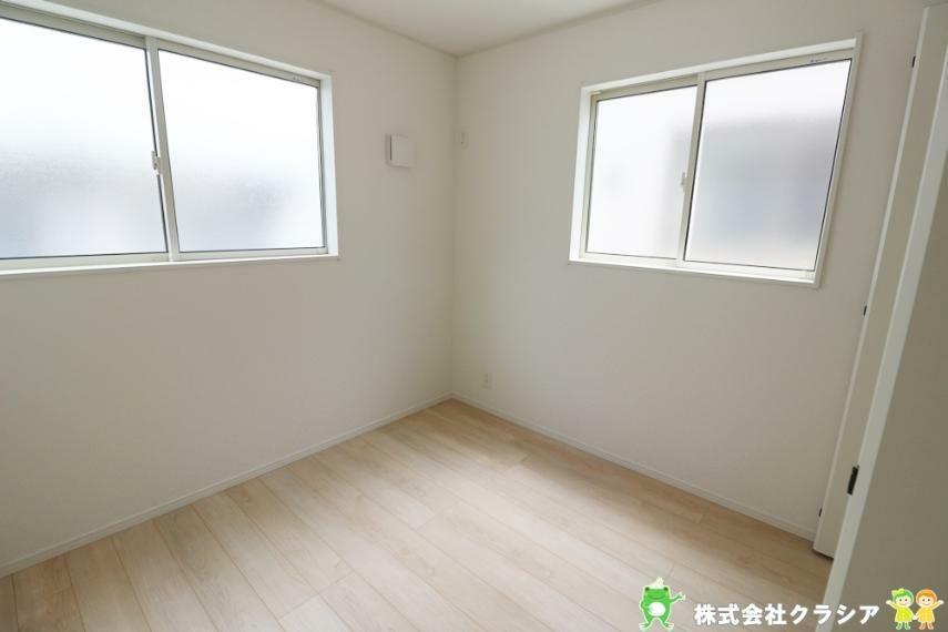 子供部屋 5帖の洋室です。自分好みの空間にコーディネートできるシンプルな室内です(2021年8月撮影)
