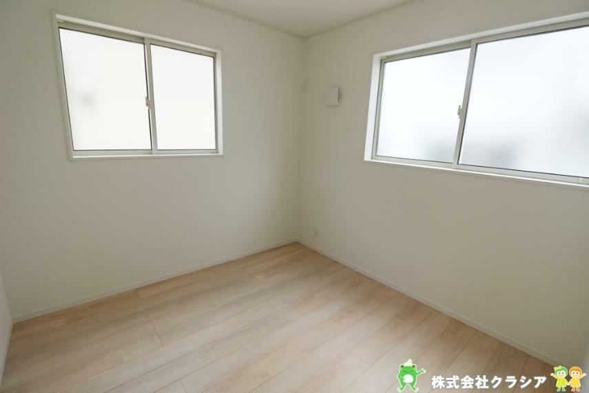 洋室 4.5帖の洋室です。落ち着いたトーンに統一された室内は穏やかな毎日を支えてくれます(2021年8月撮影)