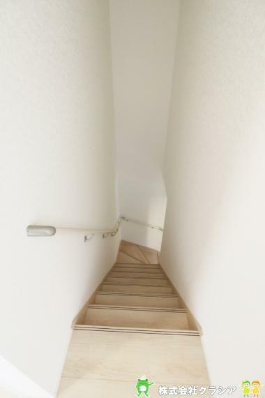 階段には手すりがついています(2021年8月撮影)