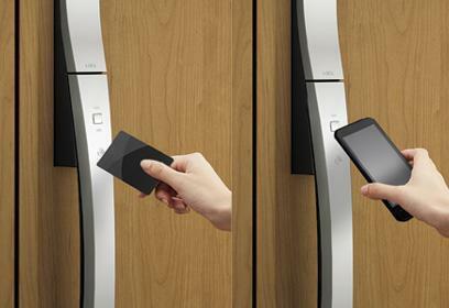 防犯設備 カザスプラス 玄関ドアのボタンを押してカードをかざすだけで解錠するツーアクションスタイル。通過した後は自動でロックされ、閉め忘れが無い安全セキュリティシステムです。