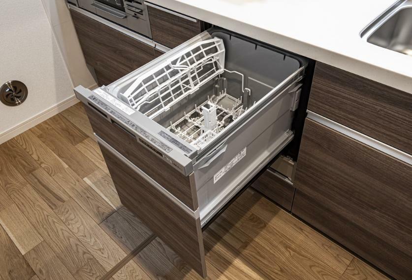 食器洗い乾燥機 フルオープンタイプの食器洗浄乾燥機。節水タイプなので経済的。運転音が気にならない低騒音設計です。