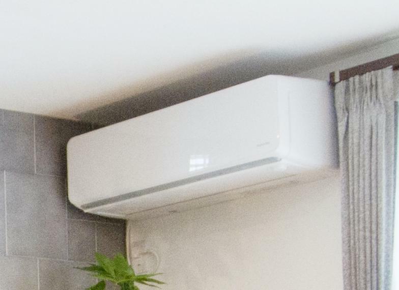 冷暖房・空調設備 高効率エアコン 「くらしカメラAI」により人を識別して室内温度をコントロールでき、快適・省エネ。さらに外出先からスマートフォンで操作も可能な高性能エアコンです 。