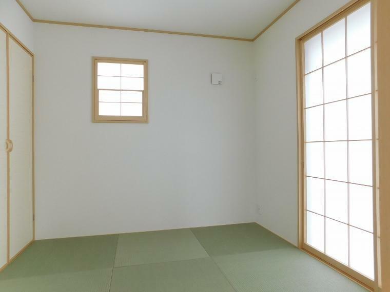和室 【施工例】リビングに繋がる和室もございます。家事の合間にホッと一息つける癒しの空間になるのではないでしょうか。